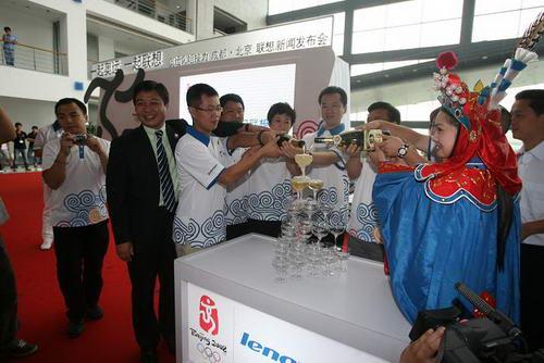 联想集团高级副总裁兼大中华和俄罗斯区总裁陈绍鹏与火炬手们举杯共祝奥运