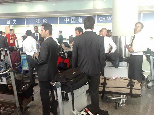 图文:加拿大曲棍球队抵京 准备出关