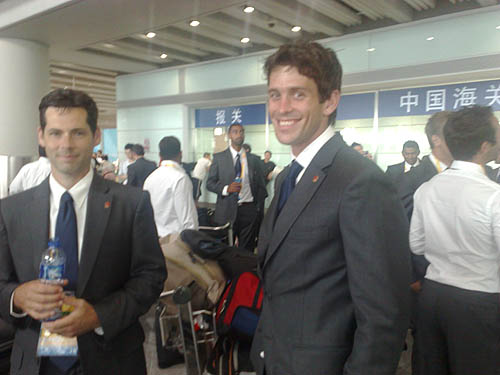 图文:加拿大曲棍球队抵京 帅气笑容