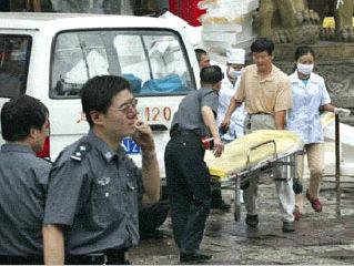 爆炸后喀什警方和医务人员赴事故现场救助伤员