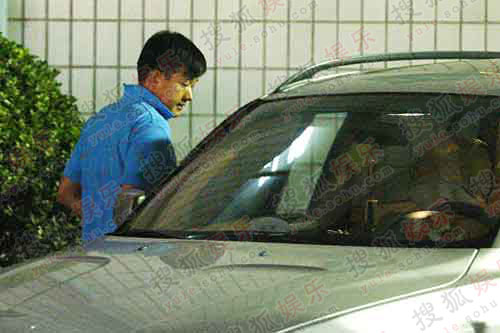 佟大为先行打开车门准备启动汽车