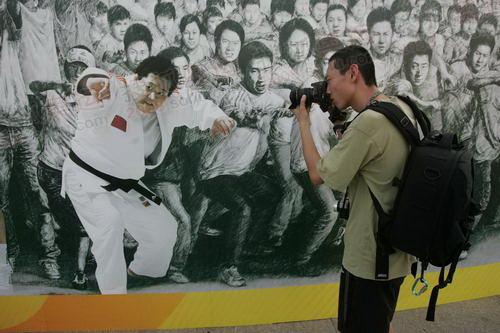 记者在活动中拍摄壁画