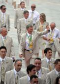 图文:爱尔兰奥运代表团升旗仪式 众人走进会场