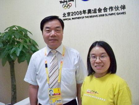 中国网通高级副总裁、奥运总指挥部总指挥赵继东与搜狐IT编辑合影