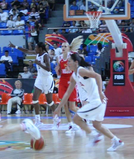 图文:钻石杯美国女篮VS俄罗斯 美队员布置防守
