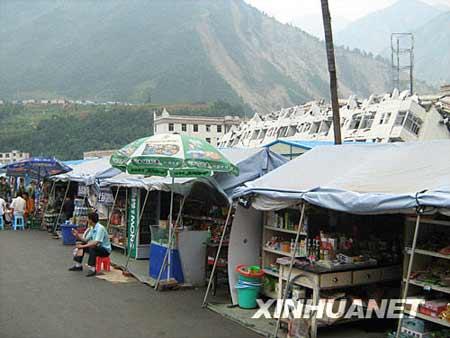 """这是映秀镇的""""帐篷商业街""""(7月12日摄)。"""