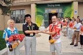 图文:首都体育馆开放仪式 副主任授予中心钥匙