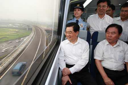 6月25日,中共中央总书记、国家主席、中央军委主席胡锦涛实地考察北京市奥运会配套交通设施。这是胡锦涛乘坐轻轨列车,实地了解北京市轨道交通发展情况。 新华社记者 鞠鹏 摄