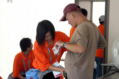 图文:北京奥运安保掠影 五棵松棒球场安保检查