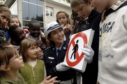 图文:北京奥运安保掠影 民警普及交通安全知识