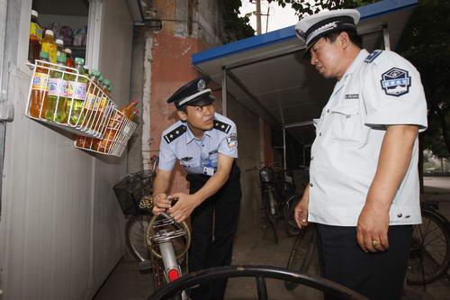 图文:北京奥运安保掠影 民警检查自行车锁