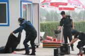 图文:北京奥运安保掠影 警察进行防爆演习