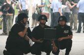 图文:北京奥运安保掠影 特警在防爆演习现场