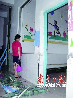 记者发现,该幼儿园的后墙上有一个约1平方米大小的新修补的墙壁,与