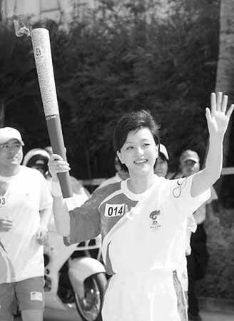5月4日,奥运火炬三亚传递现场,杨澜传递第十四棒。