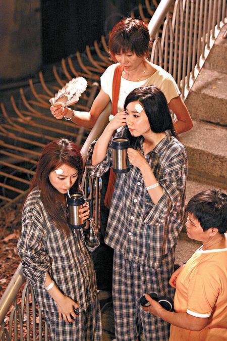 每拍完一个镜头,邓丽欣和吴雨霏即时饮水及有专人拨扇。