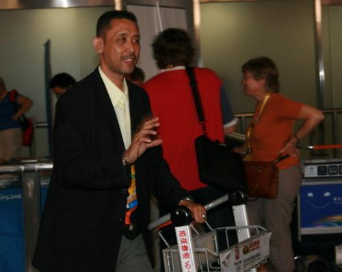 图文:马来西亚羽毛球队抵京 单打教练西迪克