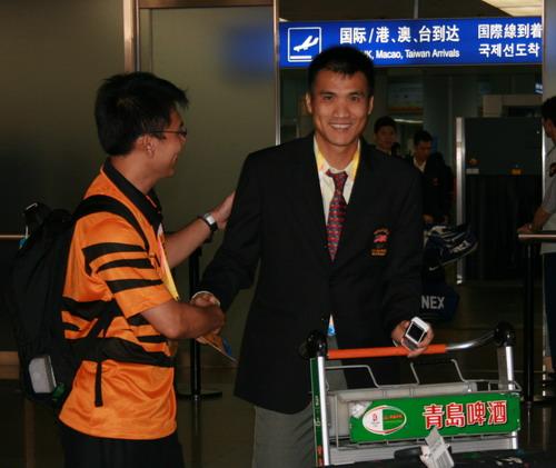 图文:马来西亚羽毛球队抵京 钟腾福一脸灿烂