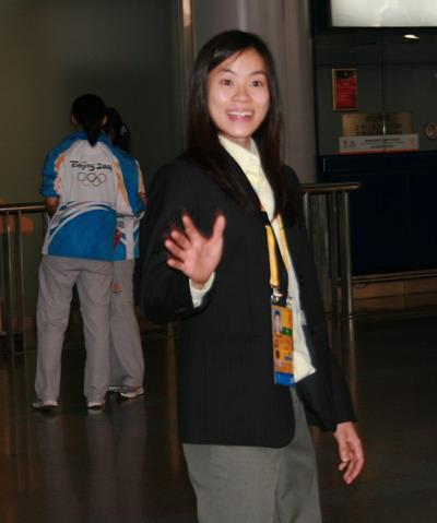 图文:马来西亚羽毛球队抵京 黄妙珠微笑挥手