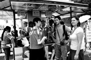 交通志愿者在给外国友人指路。