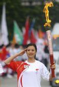 图文:奥运圣火在成都传递 火炬手汤敏