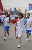 图文:奥运圣火在成都传递 火炬手王小川