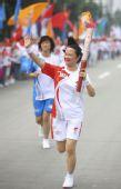 图文:奥运圣火在成都传递 火炬手刘冀虹