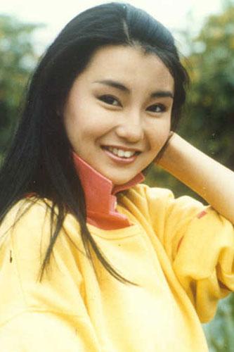 张曼玉:当年刚出道的她,青涩、可爱,胖嘟嘟的脸颊透着一种稚嫩的美。