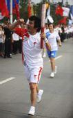 图文:奥运圣火在成都传递 火炬手张杨