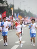 图文:奥运圣火在成都传递 火炬手王捷