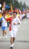 图文:奥运圣火在成都传递 火炬手王龙