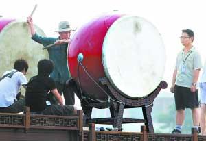 """通州区文化馆的专家在""""安福舻""""上为志愿者们讲解擂鼓要领。"""
