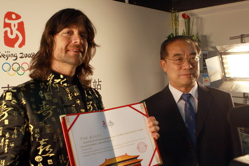 北京奥组委文化活动部部长赵东鸣向罗伯特·威尔斯颁发证书