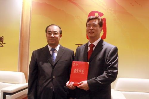 北京奥组委文化活动部部长赵东鸣向王和声颁发证书