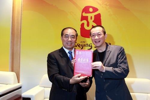 北京奥组委文化活动部部长赵东鸣向谭盾颁发证书