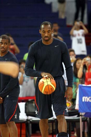 图文:美国男篮vs澳大利亚 科比一身黑衣