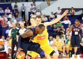 图文:美国男篮vs澳大利亚 科比带球突破