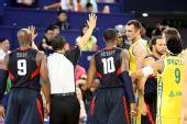图文:美国男篮vs澳大利亚 双方还在互相的推搡