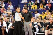 图文:美国男篮vs澳大利亚  老k上前与裁判交涉