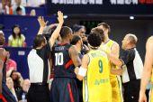 图文:美国男篮vs澳大利亚 裁判过来让韦德躲开