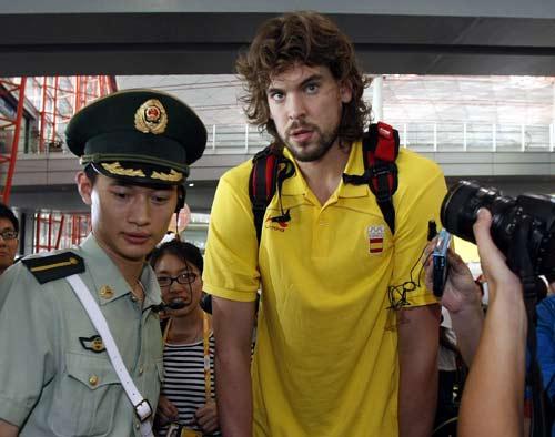 图文:西班牙男篮顺利抵京 保安护送加索尔