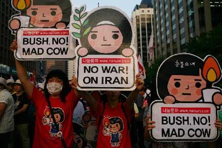 8月5日,在韩国首都首尔,示威者高举标语参加反美示威游行活动。