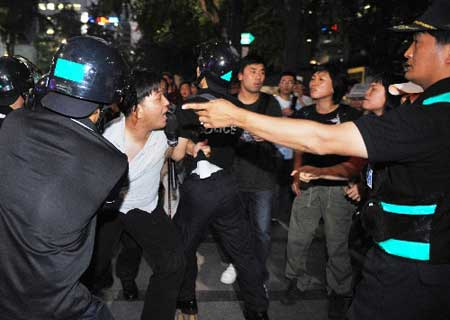 8月5日,在韩国首都首尔,警察逮捕示威者。