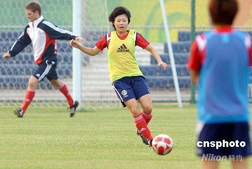 8月5日下午,中国女足运动员在天津奥体中心备战,她们将于8月6日晚迎战瑞典队。图为中国女足前锋徐媛在战前训练。 中新社发 陈文 摄