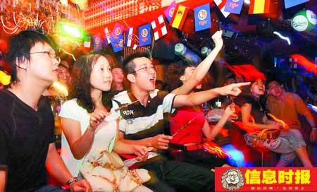 以前每逢有重大体育赛事,许多市民喜欢聚集在酒吧观看,主要是喜欢这种氛围。摄影 时报记者 朱元斌