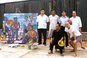 5位农民工与油画《他们》的创作者苏坚合影。苏坚/供图