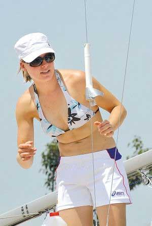 帆船女选手调整帆船绳索
