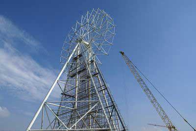 龚菲/高116米的摩天轮雏形已矗立在南京长江大桥北侧。早报记者龚菲...