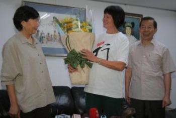 """谢长廷和叶菊兰1日下午带着一束花,""""答谢""""纪政。"""