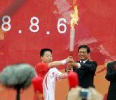 组图:北京奥运圣火传递开始 杨利伟接过火炬